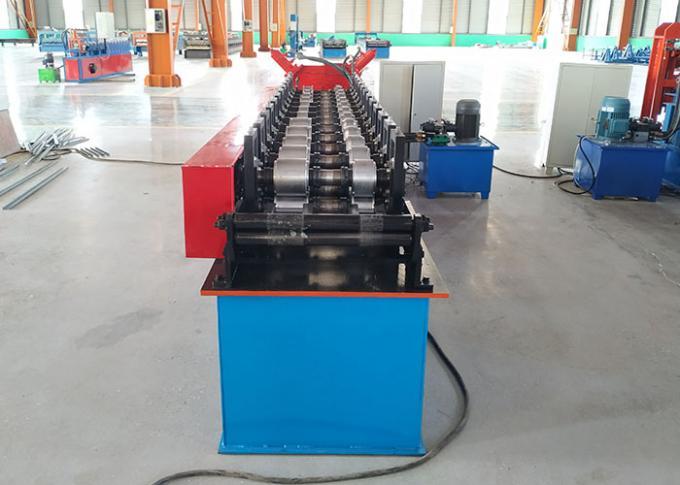 O rolo de aço da quilha da luz do quadro do metal que formam o parafuso prisioneiro da máquina e